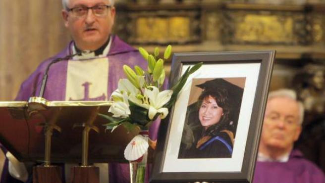 El canónigo de la catedral de Santiago, Daniel Lorenzo, recuerda en una emotiva homilía a la peregrina Denise, asesinada en León.