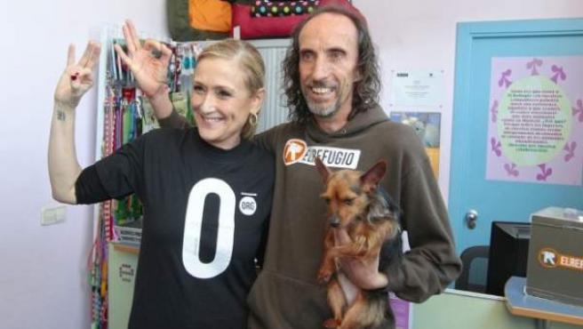 La presidenta de la Comunidad de Madrid, Cristina Cifuentes, con la camiseta de 'sacrificio cero' en compañía de Nacho Paunero, presidente de El Refugio, el pasado mes de abril.