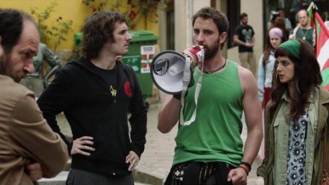 Dani Rovira y Clara Lago en una escena de 'Ocho apellidos vascos'.