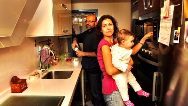 Una familia, en la cocina de su vivienda.