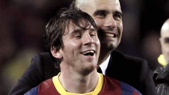 El entrenador del F. C. Barcelona, Pep Guardiola (d), abraza al delantero argentino, Leo Messi, en la celebración por la eliminación del Real Madrid en la Champions.