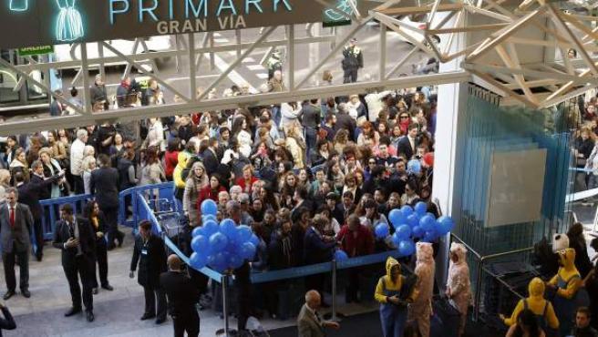 La inauguración de una nueva tienda en la Gran Vía de Madrid ha provocado que se formaran largas colas en las que cientos de personas han debido esperar varios horas para poder acceder al establecimiento.
