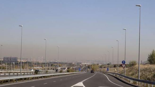 La 'boina' de contaminación de Madrid, vista desde la M-40 dirección la ciudad.