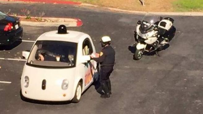 Un policía californiano trata de multar al coche sin conductor de Google.