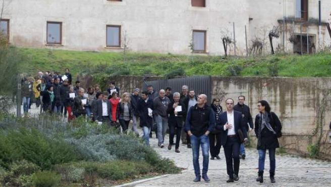 Los diputados del JXSí Jordi Turull (c), Raül Romeva (i) y Marta Rovira (d), junto al resto de los parlamentarios de su grupo, tras la reunión de trabajo que han mantenido en el monasterio de Poblet (Tarragona).