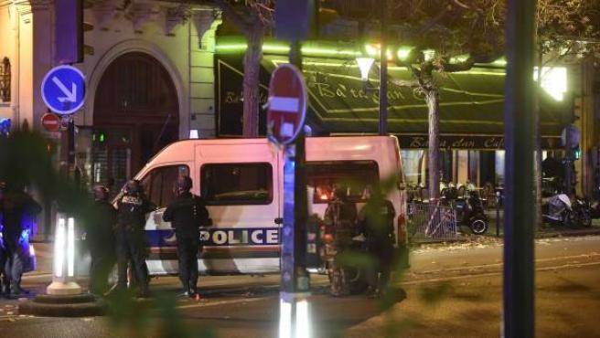 Oficiales de policía fuera de la sala Bataclán, donde se produjo uno de los ataques de la cadena de atentados que ha sufrido París este viernes.