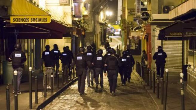 Un grupo de policías armados patrulla a pie el barrio de Saint-German, en París, tras los atentados terroristas en la capital gala.