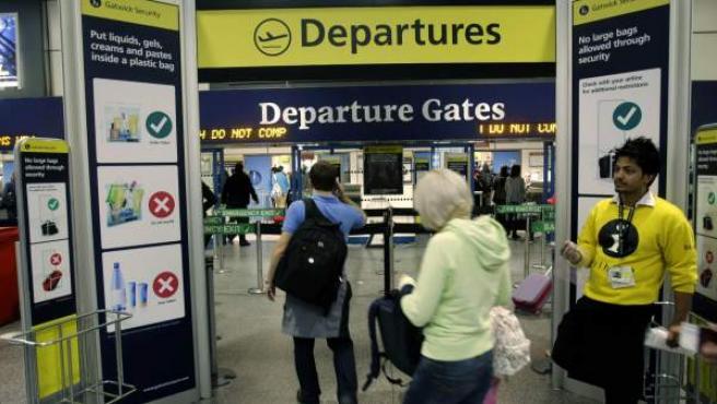 Zona de salidas en el aeropuerto londinense de Gatwick, en una foto de archivo.