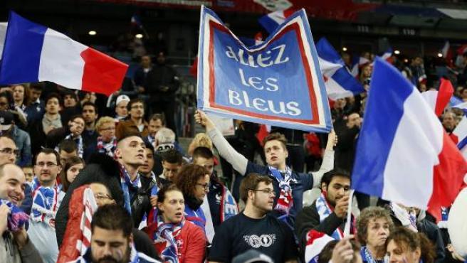 Seguidores de la selección gala antes del encuentro amistoso entre Francia y Alemania en el estadio Stade de France en Saint-Denis.