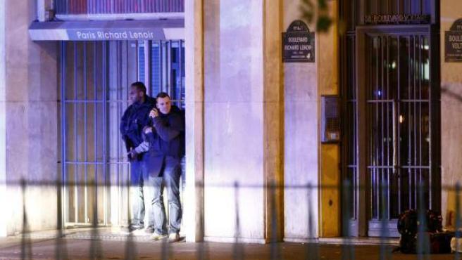 Dos policías, durante el momento del asalto a la sala de conciertos Bataclan de París.