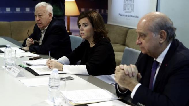 La vicepresidenta del Gobierno, Soraya Sáenz de Santamaría, durante una nueva reunión de seguimiento de los atentados de París, a la que asisten los ministros de Interior, Jorge Fernández Díaz (d) y de Asuntos Exteriores, José Manuel García-Margallo (i).