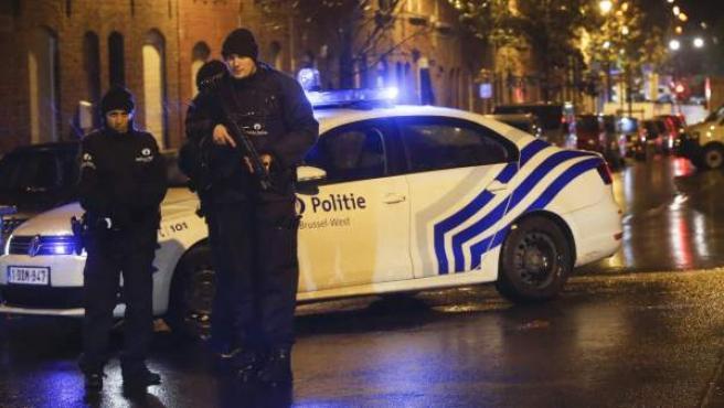Agentes de Policía belga patrullan en las calles del barrio bruselense de Molenbeek, en Bélgica, en una operación relacionada con el terrorismo yihadista.