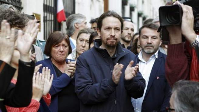 El líder de Podemos, Pablo Iglesias, durante la concentración llevada a cabo en la embajada francesa en Madrid este fin de semana.