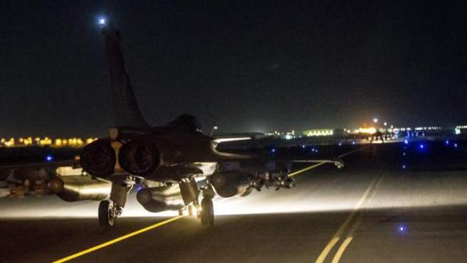 Francia bombardeó masivamente un campamento del grupo terrorista Estado Islámico (EI) cerca de la localidad siria de Raqqa , considerado el feudo de los yihadistas en ese país. En el vídeo se puede observar a los aviones galos despegando de sus bases.