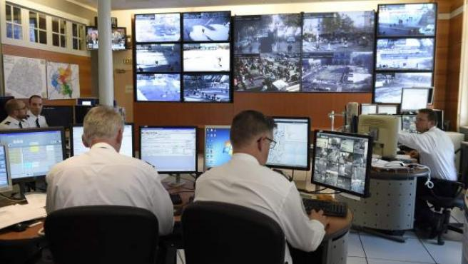 Un grupo de policías, trabajando en la identificación de los yihadistas autores de los atentados de París.