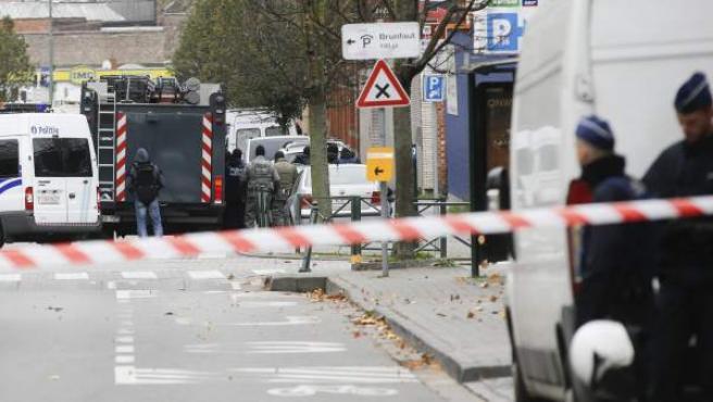 Agentes de la Policía antidisturbios permanecen en guardia en el distrito de Molenbeek, en Bruselas (Bélgica).