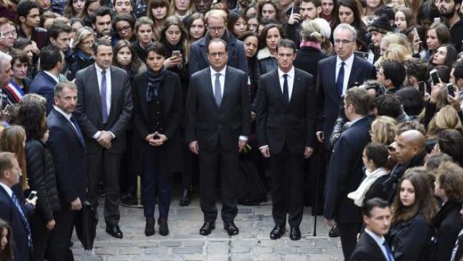Hollande, Valls y la ministra de Educación francesa, Najat Vallaud-Belkacem, guardan un minuto de silencio en la Universidad de la Sorbona.