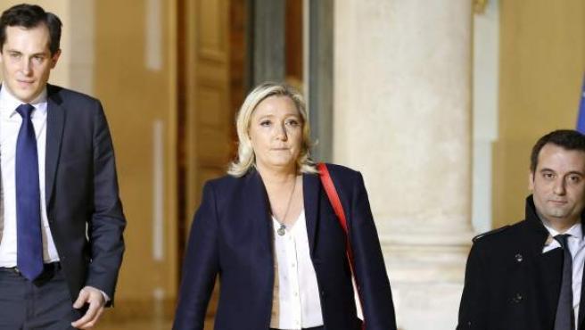 La líder del Frente Nacional francés, Marine Le Pen, junto al vicepresidente y el secretario general de su partido, en el momento de abandonar el Palacio del Elíseo tras la reunión mantenida con el presidente Hollande por los atentados de París del 13 de noviembre.