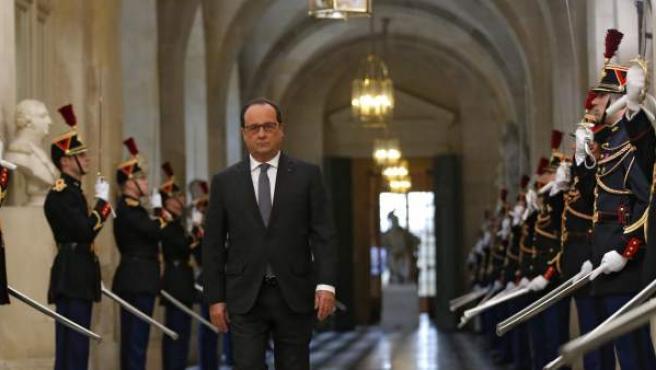 El presidente francés François Hollande, momentos antes de dirigirse a la nación a través de un discurso que pronunciará ante los parlamentarios de las dos cámaras legislativas del país reunidas en Congreso extraordinario en Versalles, Francia, tras los atentados de París del 13 de noviembre de 2015.