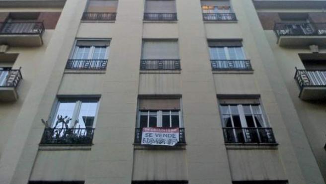 El cartel de 'Se Vende' en la fachada de un edificio de pisos.