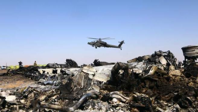 Un helicóptero sobrevuela los restos del avión ruso siniestrado en la península del Sinaí, en Egipto.
