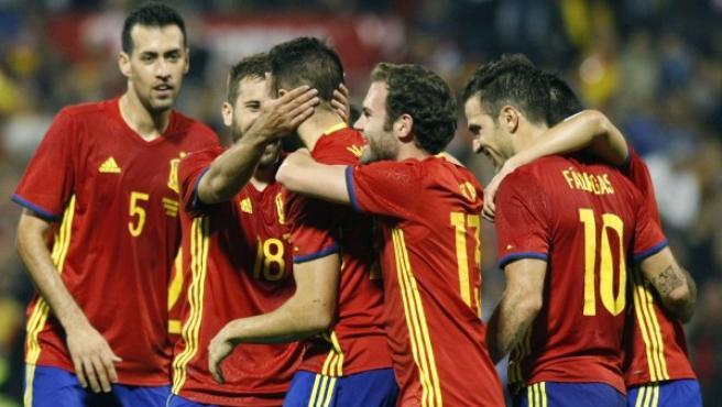 Los jugadores de la selección española celebran un gol.