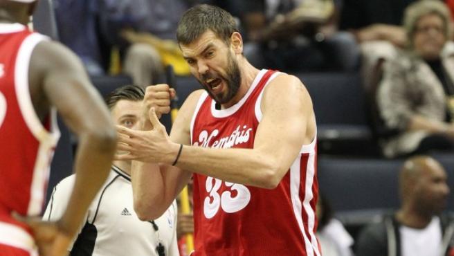 El español Memphis Grizzlies Marc Gasol (c) celebra después de recibir una falta ante Oklahoma City Thunder.