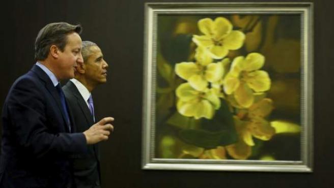 El primer ministro británico, David Cameron (i), junto al presidente estadounidense, Barack Obama (d) tras una sesión de trabajo con motivo de la décima cumbre del G20 celebrada en Antalya (Turquía).