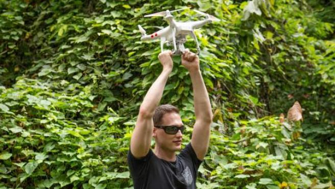 El investigador Ethan Jackson durante una demostración de la trampa de mosquitos inteligente en la que trabaja Microsoft.