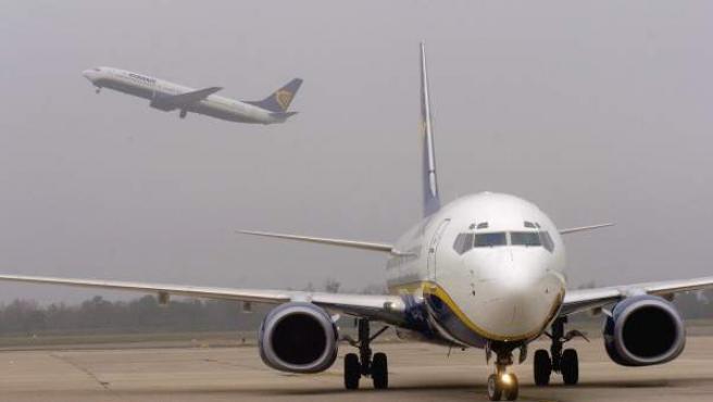 Imagen de dos aviones en un aeropuerto.