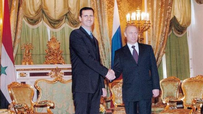 Putin y Al Asad, aliados desde hace tiempo, como simboliza este apretón de manos de 2005.