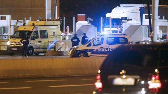 Controles que lleva a cabo la Policía francesa en el paso fronterizo entre Biriatou e Irún.