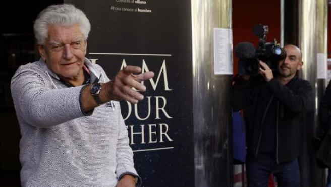 David Prowse, el actor que interpretó a Darth Vader en la primera trilogía de 'Star Wars', hace el famoso gesto del villano durante la presentación del documental 'I am your father'.