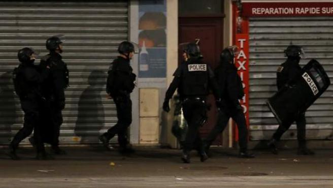 Unidades del Ejército francés se han desplegado en el centro de Saint Denis, donde se ha inmolado la mujer con un cinturón de explosivos.