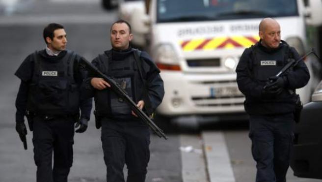 Soldados y policías participan en una operación en Saint Denis cerca de París (Francia).