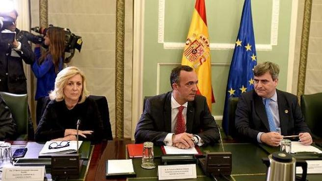 Los secretarios de Estado de Seguridad, Francisco Martínez Vázquez (c), y de Deportes, Miguel Cardenal, junto a la delegada del Gobierno en Madrid, María Concepción Dancausa, durante la reunión de la Comisión Antiviolencia.