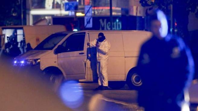 Imágenes de agentes de la policía belga en el barrio bruselense de Molenbeek.