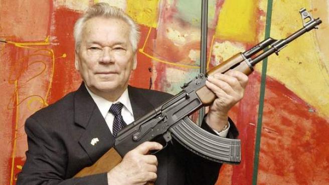 El ruso Mikhail Kalashnikov, diseñador del arma de asalto que lleva su nombre.