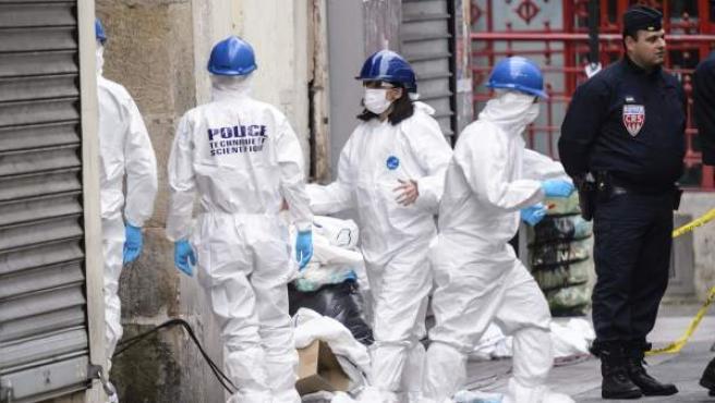 La policía forense trabaja en la calle Corbillon en Saint Denis a las afueras de París (Francia), tras la redada antiterrorista llevada a cabo este miércoles en la zona.