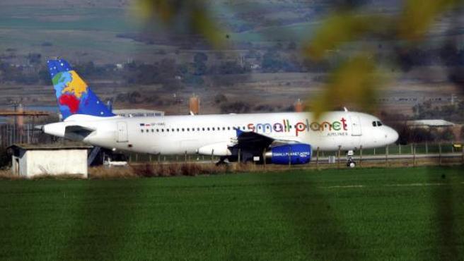 Un avión de pasajeros de Small Planet Airlines aguarda en el aeropuerto de Burgas (Bulgaria), donde ha tenido que aterrizar de emergencia tras sufrir una amenaza de bomba.