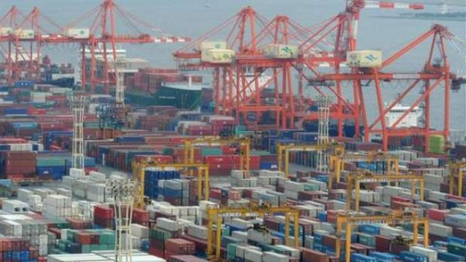 Varios contenedores de mercancías listos para su exportación en un puerto.