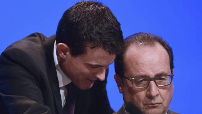 El presidente galo, François Hollande, escucha a su primer ministro Manuel Valls.
