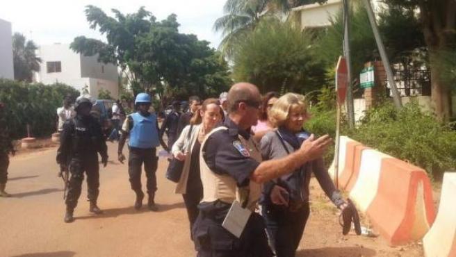 Foto de un momento de la liberación de rehenes en el Radisson de Bamako, por Moussa Kondo (@Kondoba).