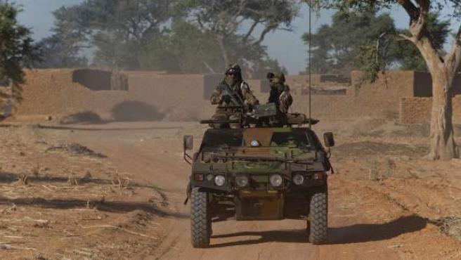Imagen cedida por la Oficina de comunicación audiovisual del Ejército francés (ECPAD) el 21 de enero de 2013, que muestra una furgoneta militar francesa patrullando por el norte de Bamako, Mali.