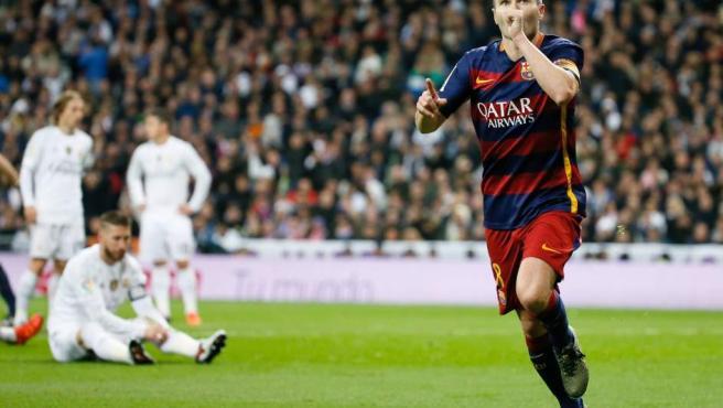El centrocampista del Barcelona Andrés Iniesta celebra la consecución del tercer gol de su equipo ante el Real Madrid.