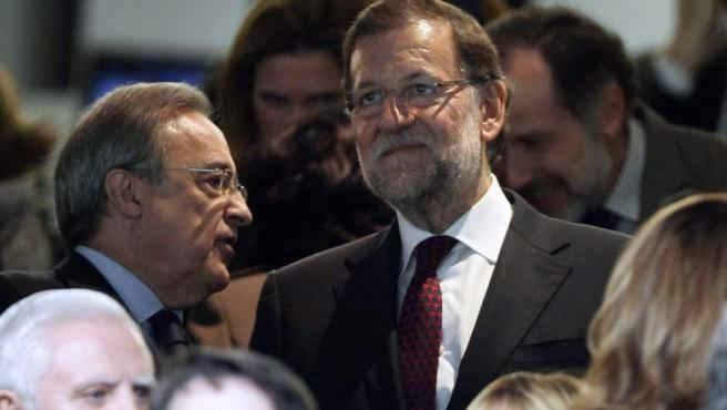El presidente del Gobierno, Mariano Rajoy, ha presenciado junto a los presidentes del Real Madrid, Florentino Perez (en la imagen, a la izquierda) y del Barça, Josep María Bartomeu, desde el palco del estadio Santiago Bernabéu para dar un gesto de normalidad al clásico frente a las amenazas terroristas.