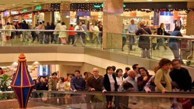 Un centro comercial, abarrotado con las compras navideñas.