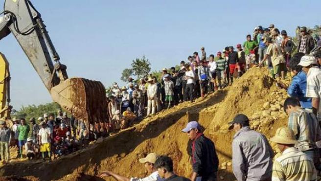 Búsqueda de las personas sepultadas tras una avalancha en una mina de jade de Birmania.