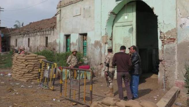 Varios militares custodian sacas en las elecciones parlamentarias en Egipto.