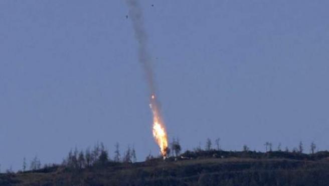 Captura de video facilitada por el canal de televisión HaberTurk que muestra un avión que deja una estela de fuego a medida que cae tras ser derribado cerca de la frontera entre Siria y Turquía.
